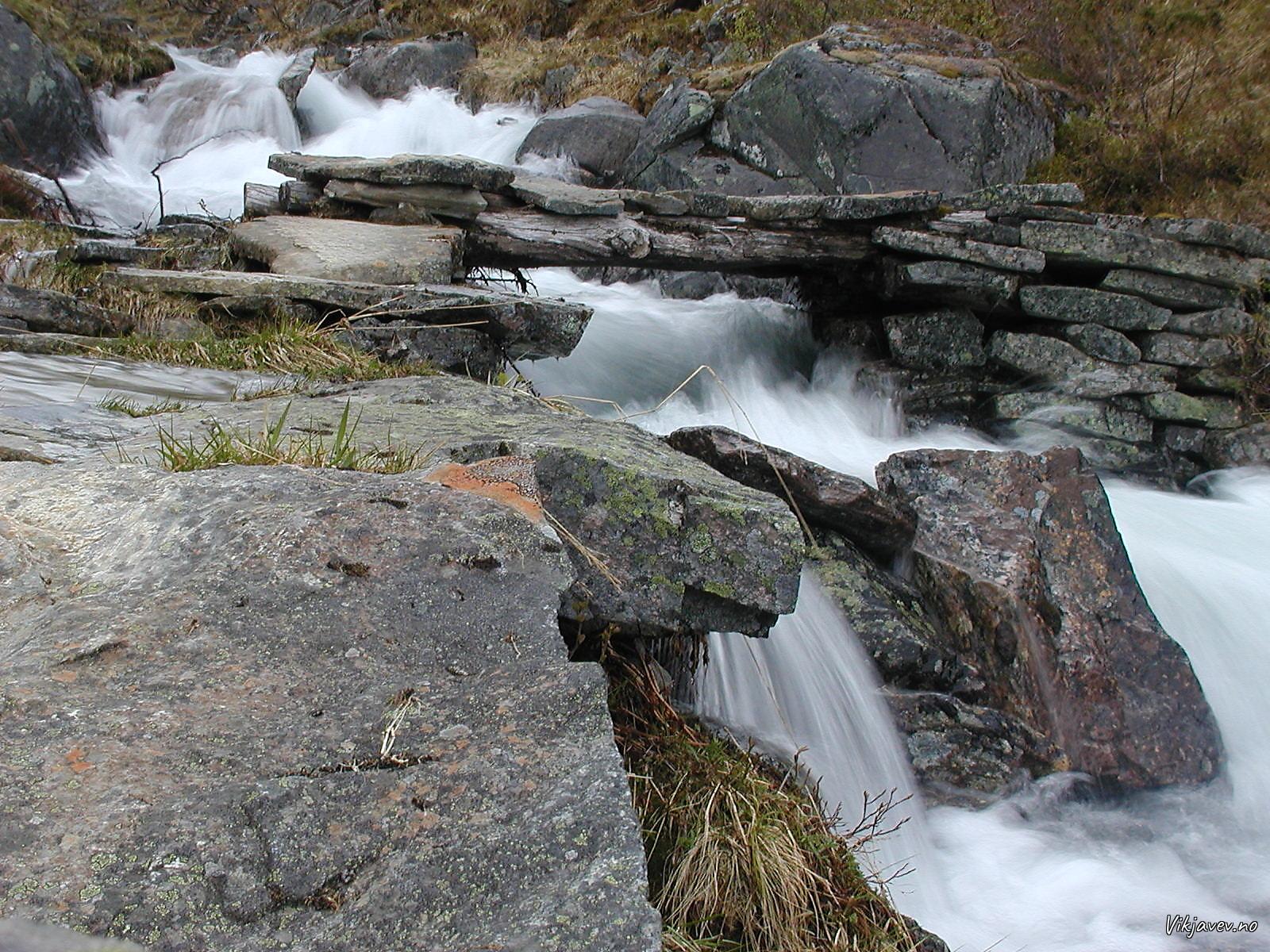 Bru over elvi nedanfor Flateng