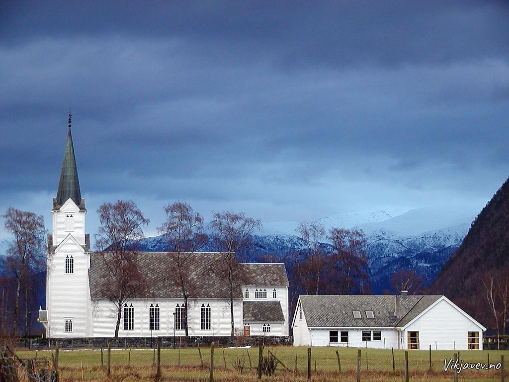 Vik kyrkje og kyrkjestova